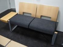 Kinnarps Soon venteromsmøbel / sofa med bord i grått stoff / bøk, bord på venstre side, bredde 150cm, pent brukt