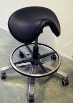 Ergonomisk kontorstol / sadelstol i sort skinnimitasjon fra Topstar, pent brukt