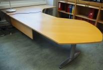 Kinnarps elektrisk hevsenk hjørneløsning skrivebord i bøk / polert aluminium, 273x180cm, sving på høyre side, T-serie, pent brukt