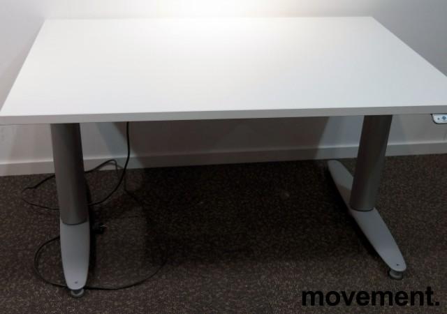Kinnarps T-serie elektrisk hevsenk skrivebord 120x80cm i hvitt / grått, pent brukt understell med ny plate bilde 2