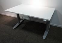 Kinnarps T-serie elektrisk hevsenk skrivebord 120x80cm i hvitt / grått, pent brukt understell med ny plate