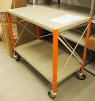 Tralle / trillebord / trillevogn i stål med 2 hylleplan, 100x51cm, pent brukt