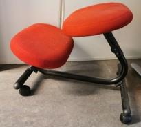 Ergonomisk kontorstol: Håg Balans Vital knestol med hjul, rødt stofftrekk. sort ramme, pent brukt