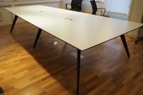 Trapesformet møtebord i hvitt / sort fra Holmris, modell Cabale, 339x180cm, passer 10-12 personer, egnet for videokonferanse, pent brukt