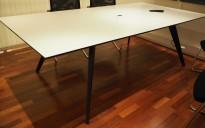 Møtebord i hvitt med sort kant / sort fra Holmris, modell Cabale, 240x120cm, 8-10 personer, pent brukt