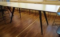 Barbord i hvitt / sort fra Holmris, modell Cabale, 240x100cm, høyde 93cm, pent brukt