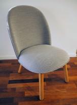 Loungestol / lenestol i lyst grått stoff / eik ben fra Normann Copenhagen, modell Ace, pent brukt
