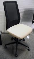Kontorstol / konferansestol fra Kinnarps, modell Temo, sort mesh / sete i beige stoff, pent brukt