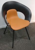 Konferansestol fra Skandiform i sort / brunt kunstskinn, modell Deli, pent brukt
