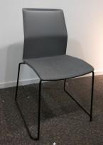 Konferansestol / stablestol i mørk grå med sete i grått stoff fra Kinnarps, modell Leia, pent brukt