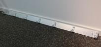 Knaggrekke i aluminium med 7 stk kroker, bredde 105cm, pent brukt