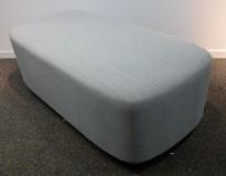 2-seter sittepuff i grått Remix-stoff fra Kinnarps, Fields serie, 120x60cm, pent brukt