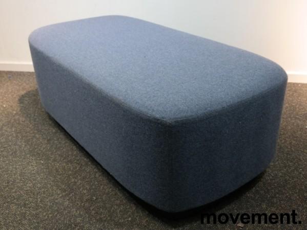2-seter sittepuff i blått ullstoff fra Kinnarps, Fields serie, 120x60cm, pent brukt bilde 1
