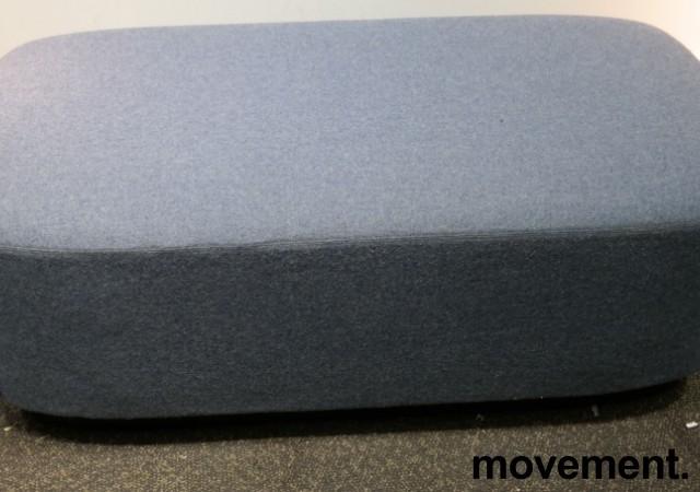 2-seter sittepuff i blått ullstoff fra Kinnarps, Fields serie, 120x60cm, pent brukt bilde 2