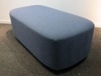 2-seter sittepuff i blått ullstoff fra Kinnarps, Fields serie, 120x60cm, pent brukt