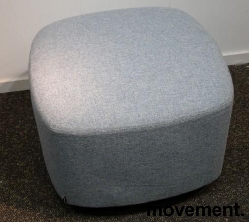1-seter sittepuff i lyst blått Remix-stoff fra Kinnarps, Fields serie, 60x60cm, pent brukt bilde 1