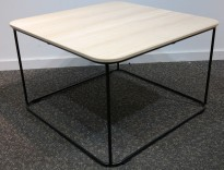 Loungebord i eik laminat / sortlakkert metall fra Kinnarps, modell Fields, 60x60cm, høyde 38cm, pent brukt