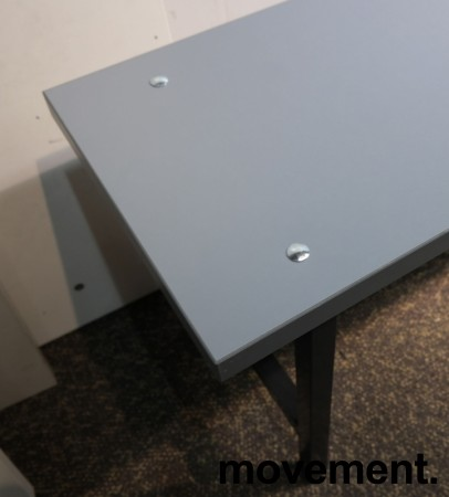 Garderobebenk i grå laminat / sortlakkert metall, 200cm bredde, pent brukt bilde 2