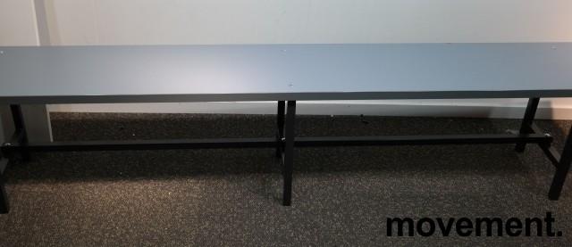 Garderobebenk i grå laminat / sortlakkert metall, 200cm bredde, pent brukt bilde 1