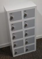 Solid lukeskap / mobilskap i hvitt med grå luker, bredde 39cm, høyde 78cm, 10 luker, hasp for hengelås, pent brukt