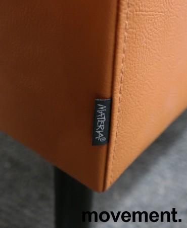 Sittebenk / sofa for kantine e.l i brunt kunstskinn fra Materia, Monolite høy rygg, bredde 170cm, pent brukt bilde 3