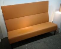 Sittebenk / sofa for kantine e.l i brunt kunstskinn fra Materia, Monolite høy rygg, bredde 170cm, pent brukt