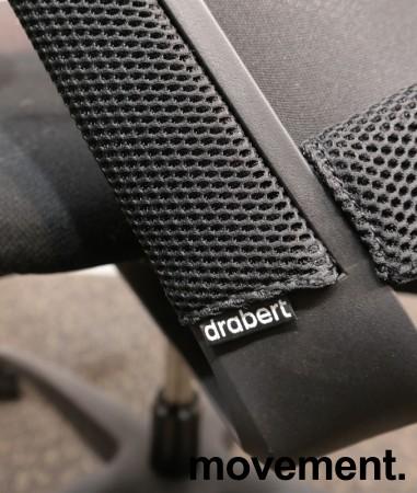 Kontorstol fra Drabert, modell Esencia i sort stoff / mesh, armlener, sort understell, pent brukt bilde 3