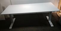 Skrivebord med elektrisk hevsenk i hvitt / hvitt understell fra Kinnarps, P-serie, 180x80cm, pent brukt