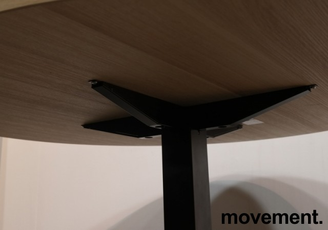 Rundt møtebord med bordplate i eik laminat, Kinnarps Oberon, Ø=110cm, H=72cm, sort understell, pent brukt bilde 2