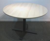 Rundt møtebord med bordplate i eik laminat, Kinnarps Oberon, Ø=110cm, H=72cm, sort understell, pent brukt