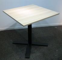Lite møtebord / kantinebord / kafebord, Kinnarps Oberon i eik / sort, 70x70cm, pent brukt