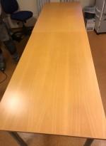 Enkelt møtebord i bøk / grålakkert metall fra Kinnarps, 280x80cm, pent brukt