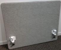 Götesons bordskillevegg 80x65cm i lysegrått stoff. Pent brukt