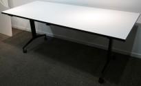 Møtebord / kantinebord / klappbord på hjul i hvitt / sort, sammenleggbart, 180x80cm, pent brukt
