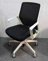 Konferansestol på hjul i sort stoff / mesh, hvit base og armlene fra Patra, pent brukt