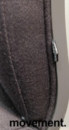 Konferansestol på hjul i grått stoff med grått understell fra Scan Sørlie, pent brukt bilde 3