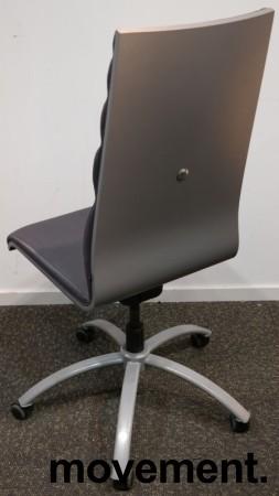 Konferansestol på hjul i grått stoff med grått understell fra Scan Sørlie, pent brukt bilde 2