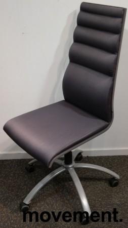 Konferansestol på hjul i grått stoff med grått understell fra Scan Sørlie, pent brukt bilde 1