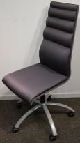 Konferansestol på hjul i grått stoff med grått understell fra Scan Sørlie, pent brukt