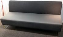 Loungesofa: VAD Pivot 3-seter sofa i mørkegrått og sort stoff, 170cm bredde, pent brukt