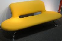 Lounge / sofa i gult stoff fra Martela, modell: U-Turn, bredde 200cm, pent brukt