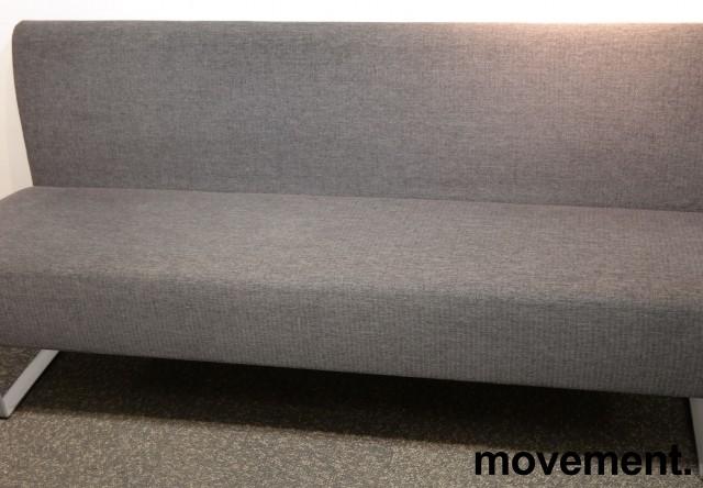 Sittebenk / sofa for kantine e.l i grått stoff fra Materia, Monolite, bredde 170cm, pent brukt bilde 1