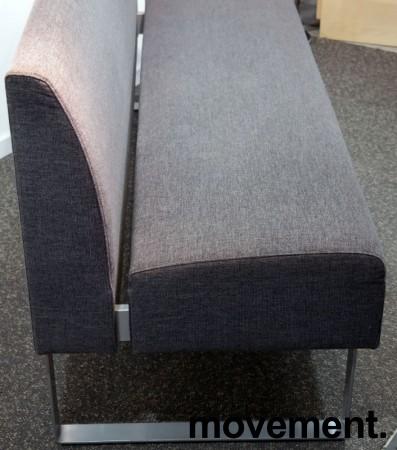 Sittebenk / sofa for kantine e.l i grått stoff fra Materia, Monolite, bredde 170cm, pent brukt bilde 2