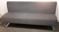 Sittebenk / sofa for kantine e.l i grått stoff fra Materia, Monolite, bredde 170cm, pent brukt