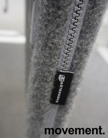 Bordskillevegg i lysegrått stoff fra Götessons, med tilbehørslist og kabelgjennomføring, 160x60cm, pent brukt bilde 3