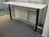 Barbord / ståbord i hvitt, ben i sort / krom, 200x60cm, høyde 107cm, pent brukt
