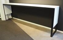 Barbord / ståbord fra Fantoni, modell Stripes i hvitt med sort ramme, 300x50cm, høyde 104cm, pent brukt