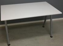 IKEA Galant skrivebord i hvitt, 120x80cm, A-ben i grått, brukt med noe slitasje