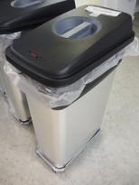 Søppelbøtte / kildesortering for restavfall / papir etc. i rustfritt stål / sort fra Vileda, inkl tralle, pent brukt