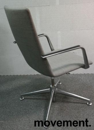 Konferansestol i grått stoff fra Brunner, modell Fina Soft med armlene, pent brukt bilde 2